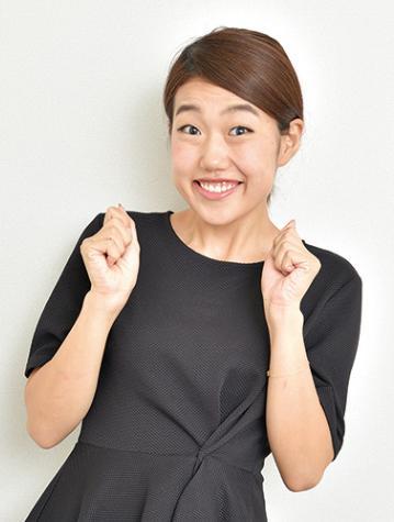 黒い上品なワンピースでガッツポーズをする芸人、横澤夏子