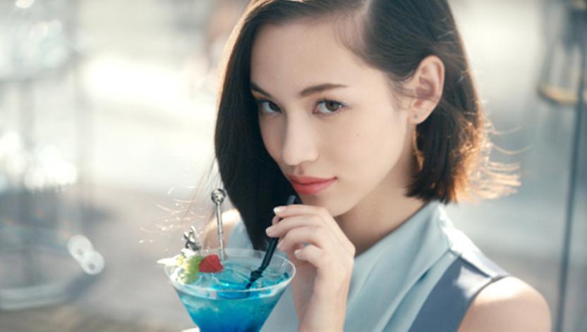 カクテルを飲むかっこいい水原希子