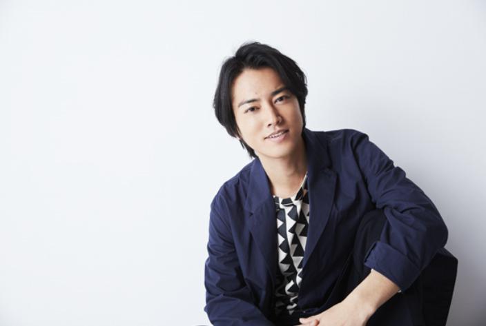 紺色のジャケットを着た桐谷健太のかっこいい画像